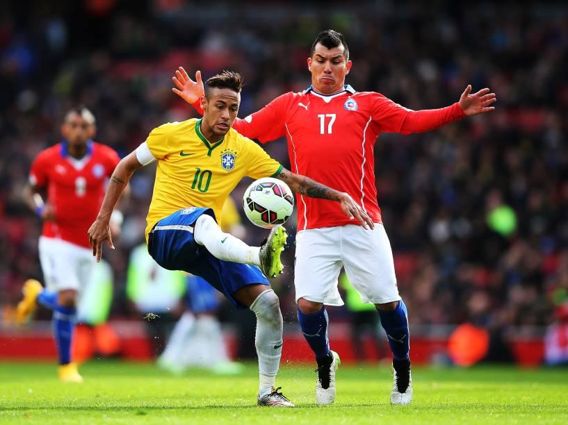 Neymar é marcado pelo chileno Gary Medel