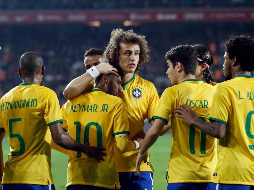 Jogadores da seleção brasileira comemoram gol marcado contra a Turquia, durante amistoso em Istambul