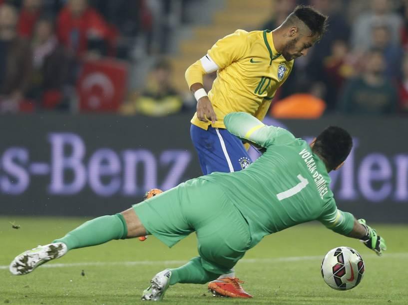 O goleiro turco, Volkan Demirel, em lance do amistoso contra o Brasil, no estádio Sukru Saricoglu, em Istambul