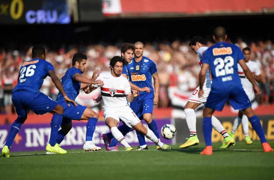Alexandre Pato no meio dos jogadores cruzeirenses - 14/09/2014