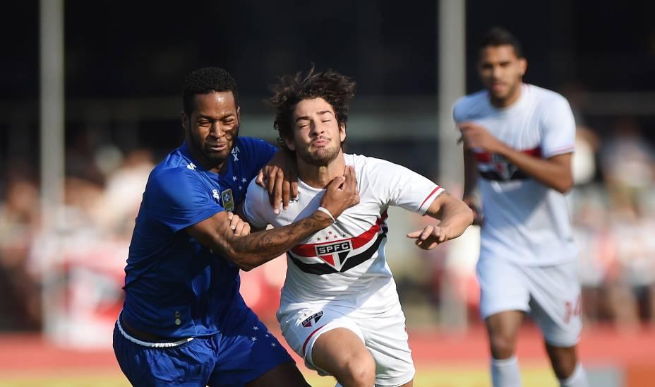 Alexandre Pato do São Paulo marcado por Dedé do Cruzeiro na partida entre os líderes do campeonato no Morumbi