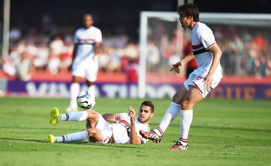 Alan Kardec, no chão observa passe de Kaká na partida contra o Cruzeiro