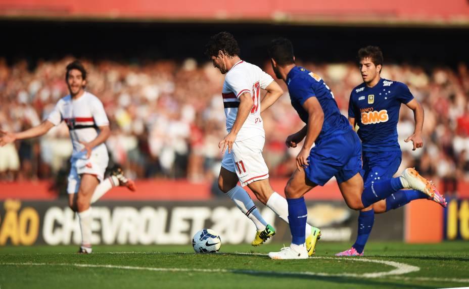Kaká pede a bola ao fundo enquanto Alexandre Pato avança pela zaga do Cruzeiro