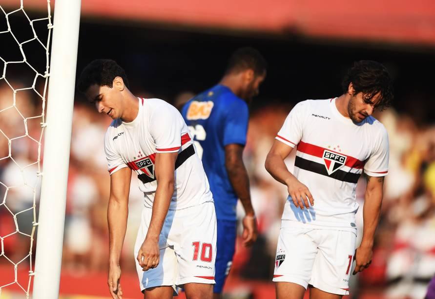 Paulo Henrique Ganso (à esq.) lamenta chance perdida ao lado de Alexandre Pato