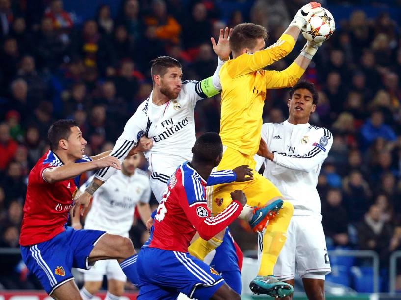 Lance do jogo entre Real Madrid e Basel, no Estádio St. Jakob-Park, na cidade de Basileia, na Suíça,pela Liga dos Campeões