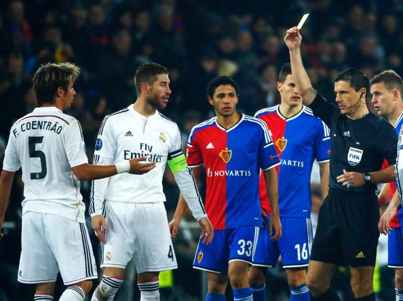 Jogador do Real Madrid, Fabio Coentrão, recebe cartão amarelo durante a partida contra o time do Basel pela Liga dos Campeões