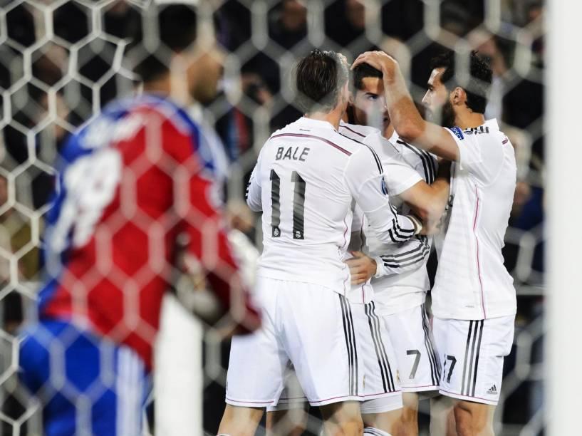 Jogadores do Real Madrid comemoram gol de Cristiano Ronaldo contra o time do Basel pela Liga dos Campeões