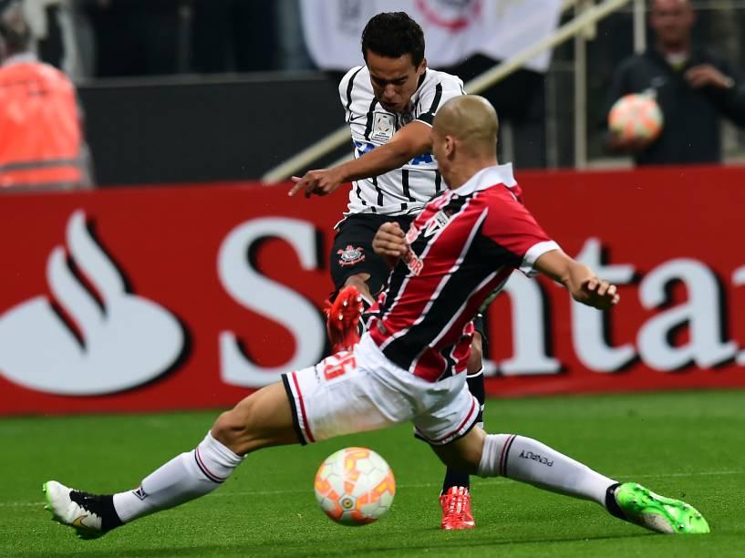 O meia Jadson do Corinthians, disputa jogada com o zagueiro Dória do São Paulo na estreia das equipes pela Libertadores no Itaquerão