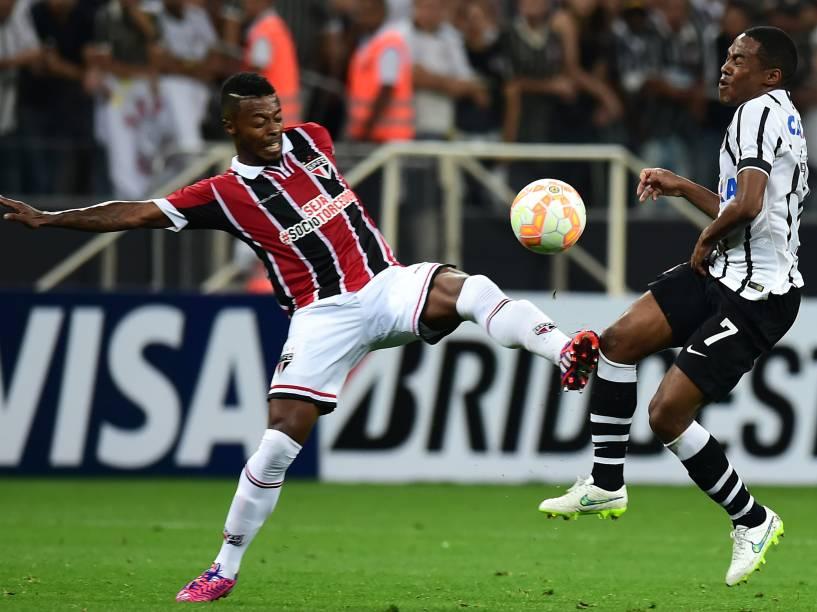 Michel Bastos do São Paulo divide lance com Elias do Corinthians - 18/02/2015
