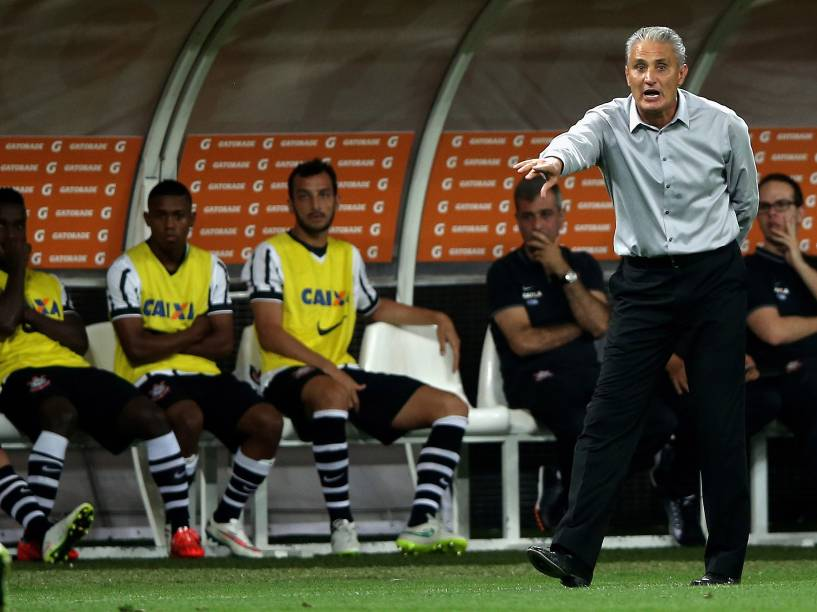 Tite orienta os jogadores do Corinthians na partida contra o São Paulo pela Libertadores - 18/02/2015