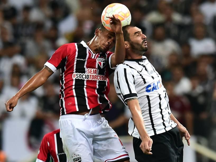 Bruno do São Paulo divide jogada pelo alto com Danilo do Corinthians - 18/02/2015