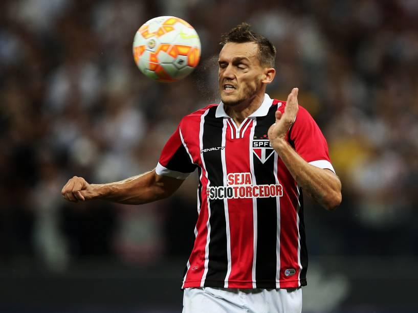 O zagueiro Rafael Tolói do São Paulo domina a bola na derrota para o Corinthians no Itaquerão  - 18/02/2015
