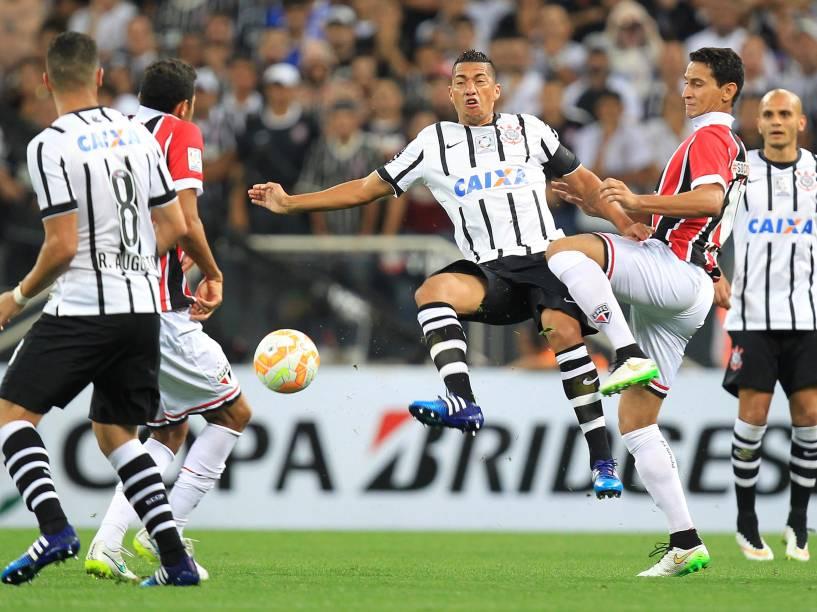 O volante Ralf do Corinthians divide jogada com Paulo Henrique Ganso do São Paulo - 18/02/2015