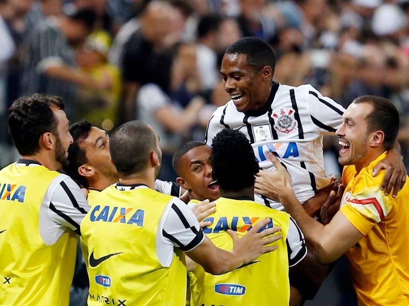Elias comemora o primeiro gol do Corinthians na partida contra o São Paulo, válida pela fase de grupo da Libertadores - 18/02/2015