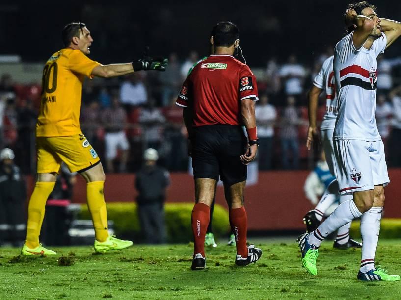 Kaká lamenta chance perdida na partida contra o Atlético Nacional (COL) no Morumbi