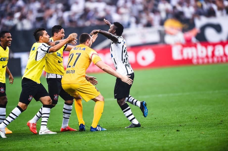 Jogadores do Corinthians comemoram gol do colombiano Steven Mendoza