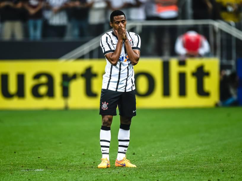 Elias do Corinthians lamenta o pênalti perdido na decisão contra o Palmeiras