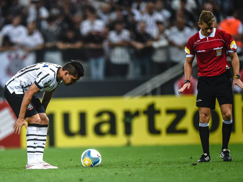 Petros do Corinthians se prepara para a cobrança que decidiu a partida contra o Palmeiras