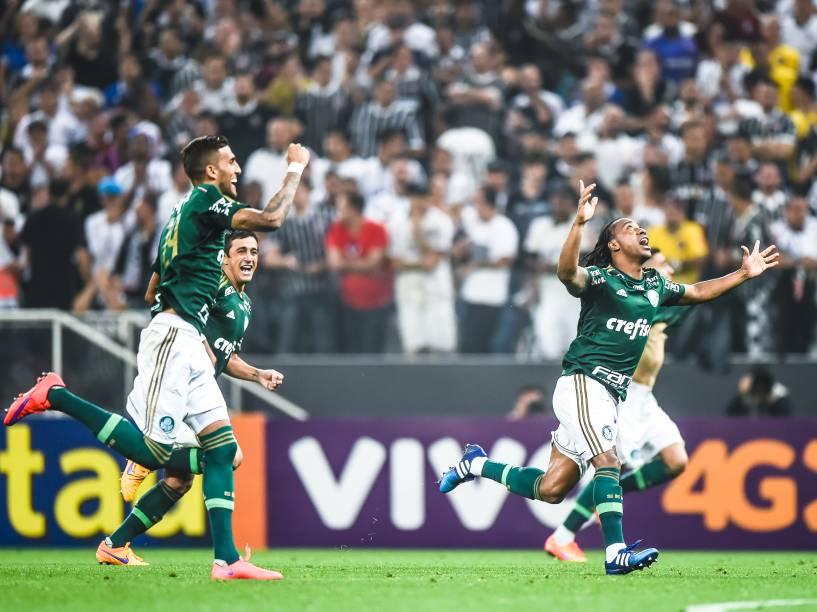 Jogadores do Palmeiras comemoram a classificação para a final do Campeonato Paulista após eliminar o Corinthians nos pênaltis