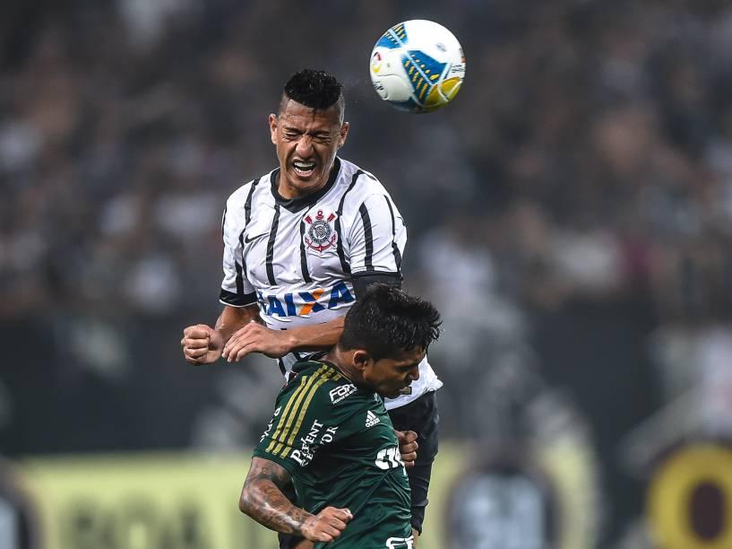 Ralf do Corinthians disputa pelo alto com Cleiton Xavier do Palmeiras