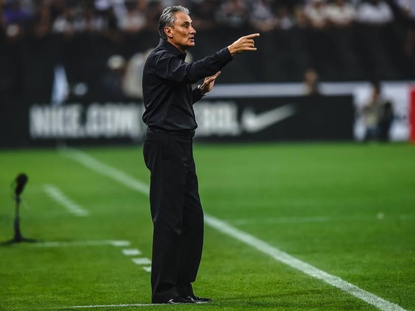 O técnico Tite orienta os jogadores do Corinthians