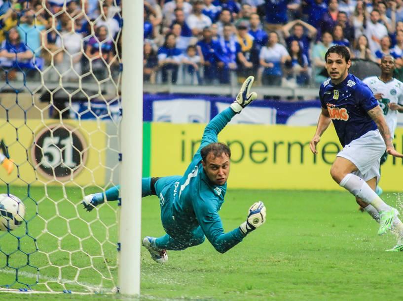 Ricardo Goulart marca o primairo gol do Cruzeiro durante partida contra o Goiás, válida pelo Campeonato Brasileiro, no estádio do Mineirão, em Belo Horizonte