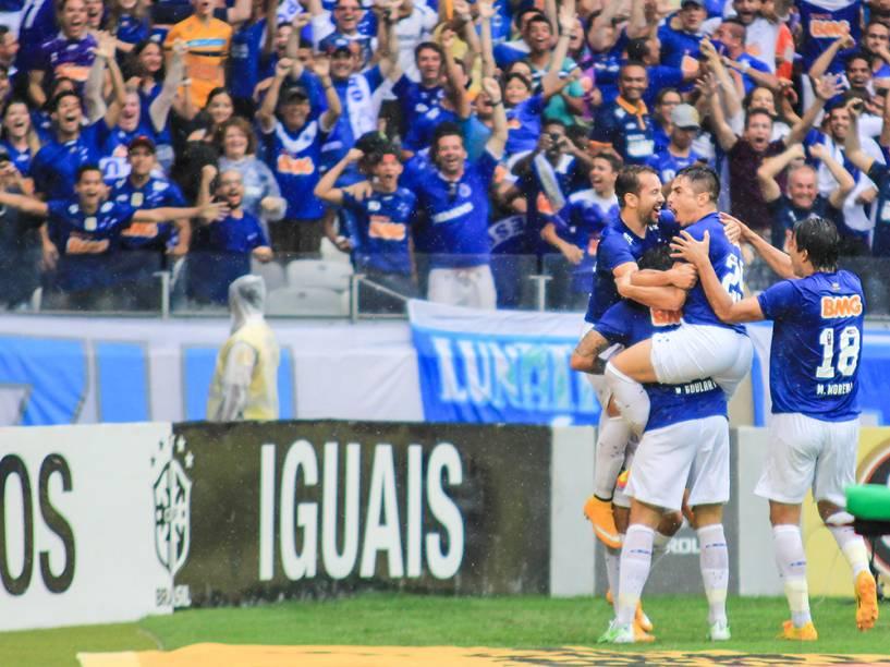 Jogadores do Cruzeiro comemoram gol marcado contra o Goiás, durante partida decisiva do Campeonato Brasileiro, no Estádio do Mineirão, em Belo Horizonte
