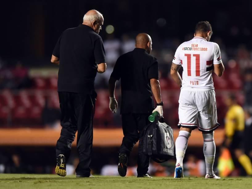 Alexandre Pato do São Paulo deixa a partida contra o San Lorenzo contundido - 18/03/2015