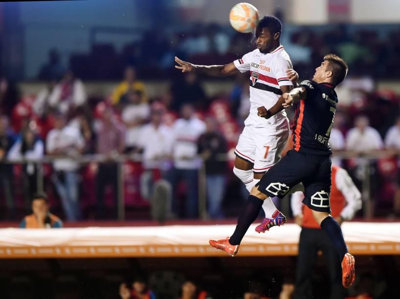 Michel Bastos do São Paulo divide pelo alto com Buffarini do San Lorenzo - 18/03/2015