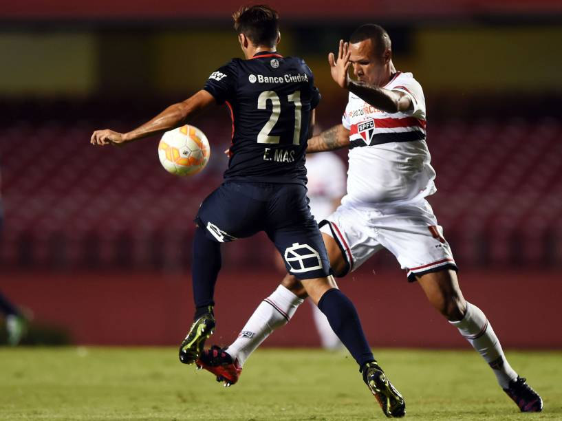 Luís Fabiano do São Paulo disputa jogada com Emmanuel Mas do San Lorenzo - 18/03/2015