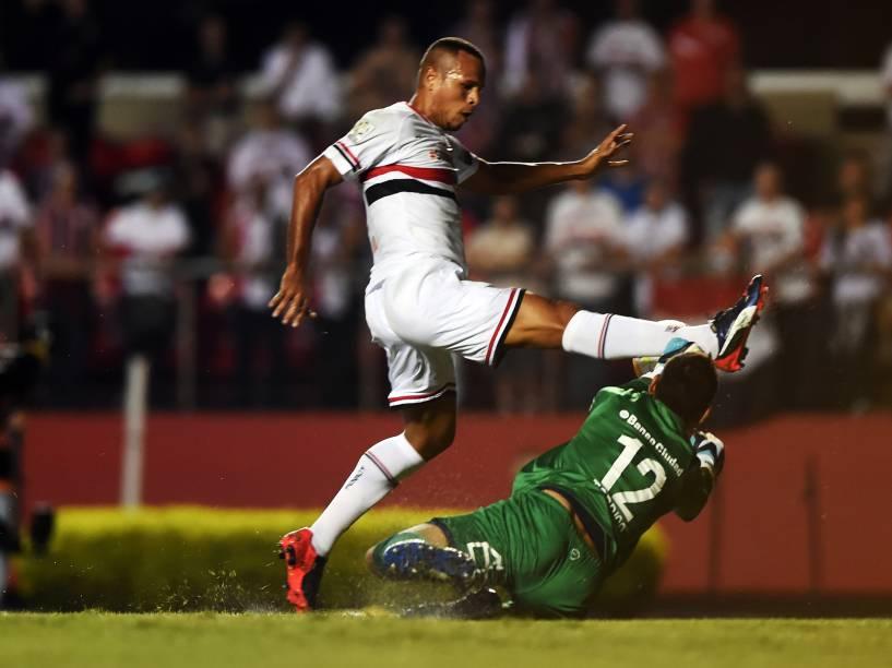 Luís Fabiano do São Paulo com o goleiro Sebastián Torrico do San Lorenzo - 18/03/2015