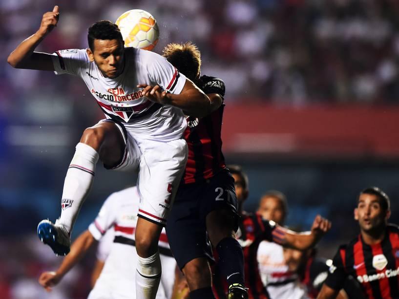 Souza do São Paulo disputa com Emmanuel Mas do San Lorenzo - 18/03/2015