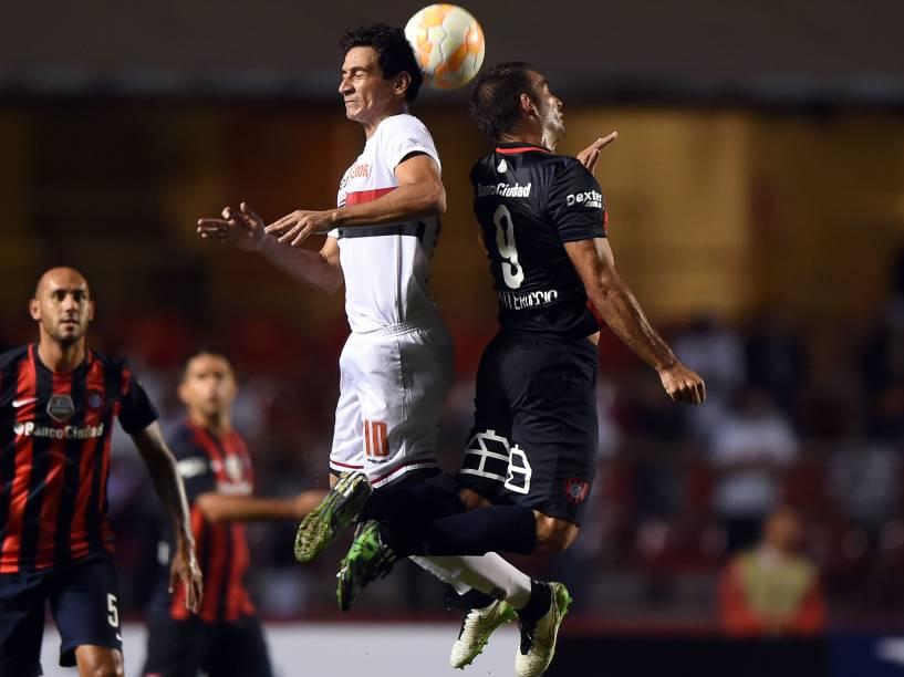 Paulo Henrique Ganso do São Paulo, disputa pelo alto com Martín Cauteruccio do San Lorenzo - 18/03/2015