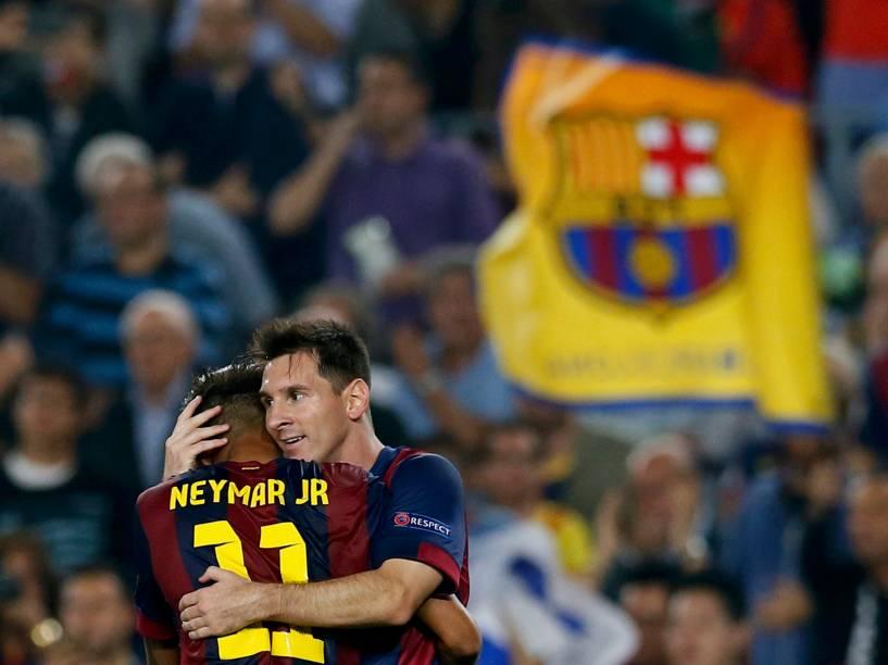 Lionel Messi comemora gol com seu companheiro de time, Neymar, em jogo contra o Ajax pela Liga dos Campeões