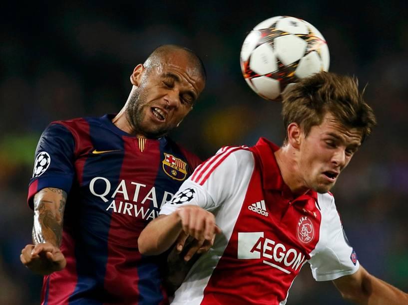 Mascherano, do Barcelona, e Lucas Andersen, do Ajax, disputam bola durante jogo da Liga dos Campeões