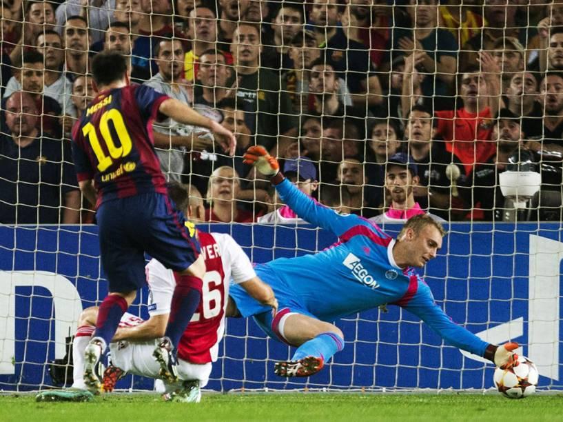 Messi chuta ao gol do goleiro Jaspero Cliessen e marca contra contra o Ajax pela Liga dos Campeões