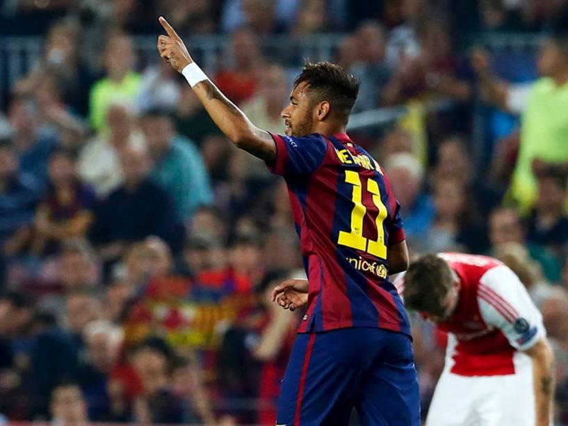 Camisa 11, Neymar, marca primeiro gol do Barcelona no jogo contra o Ajax pela Liga dos Campeões