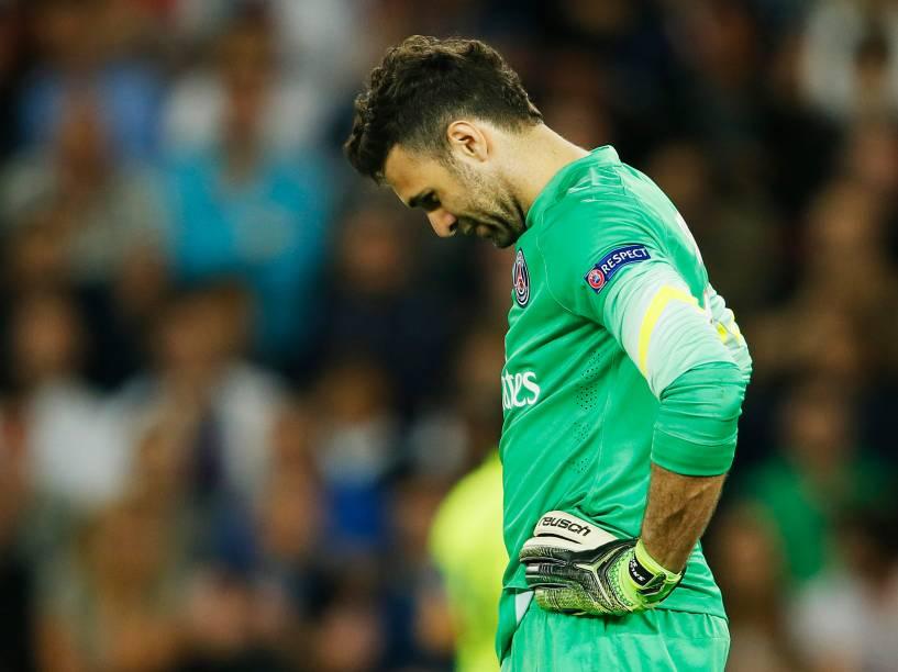 O goleiro Sirigu do PSG cabisbaixo após sofre o terceiro gol do Barcelona marcado por Luis Suárez