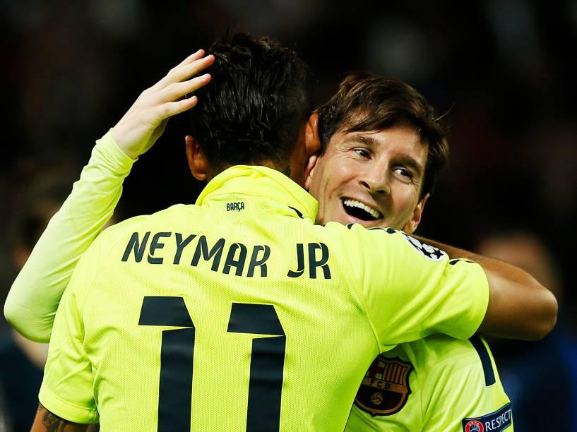Neymar abraça Messi após marcar o primeiro gol na vitória por 3 a 1 do Barcelona sobre o PSG