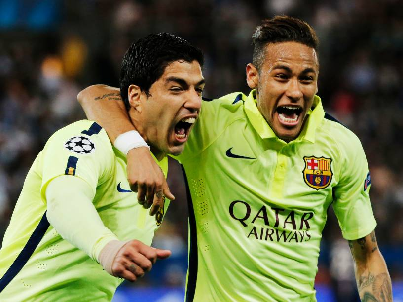 Luis Suárez e Neymar comemoram gol do uruguaio na vitória do Barcelona sobre o PSG em Paris