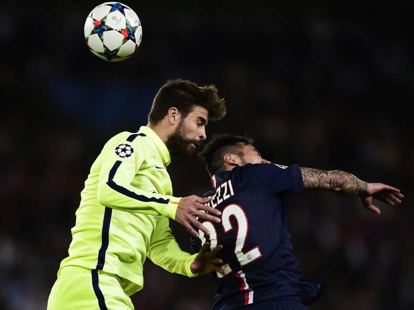 Piqué do Barcelona disputa pelo alto com Lavezzi do PSG