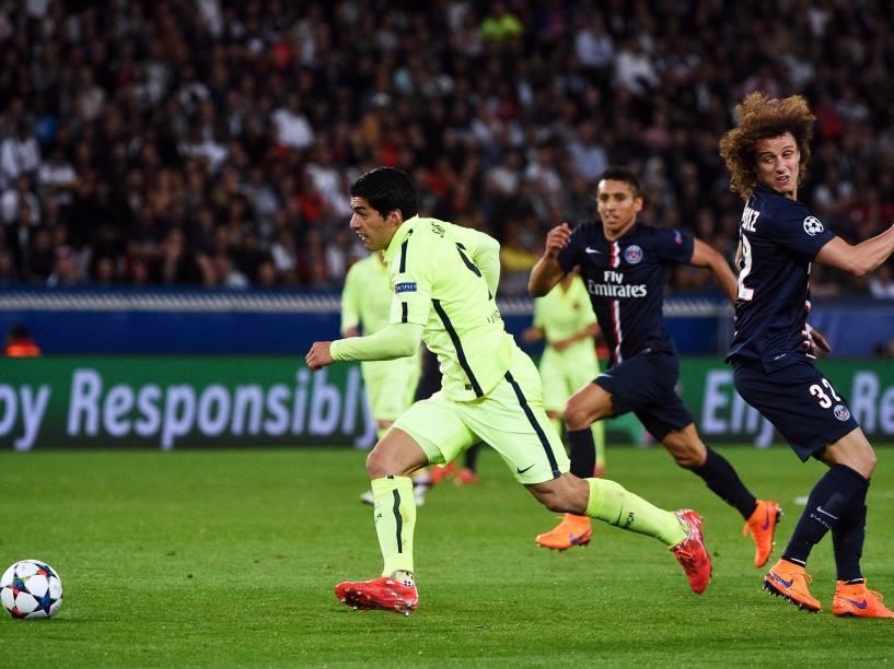 Luiz Suárez passa por David Luiz para marcar o terceiro do Barcelona sobre o PSG
