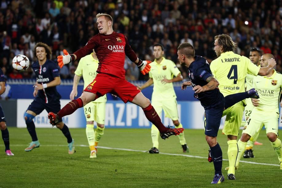 Lance que originou segundo gol do PSG em jogo contra Barcelona pelo grupo F da Liga dos Campeões
