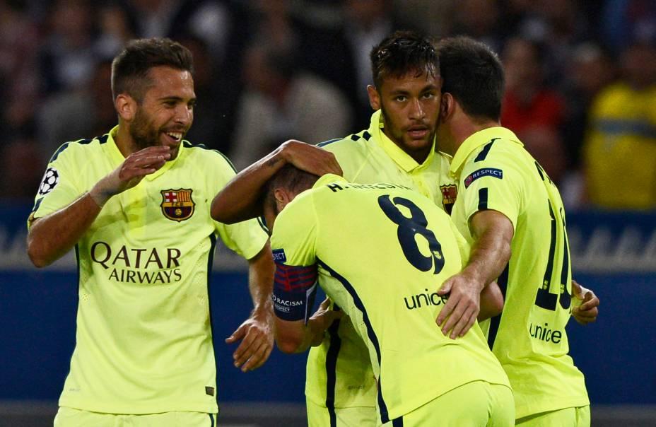 Jogadores do Barcelona comemoram com Messi o gol que empatou o jogo em Paris contra o PSG pela Liga dos Campeões