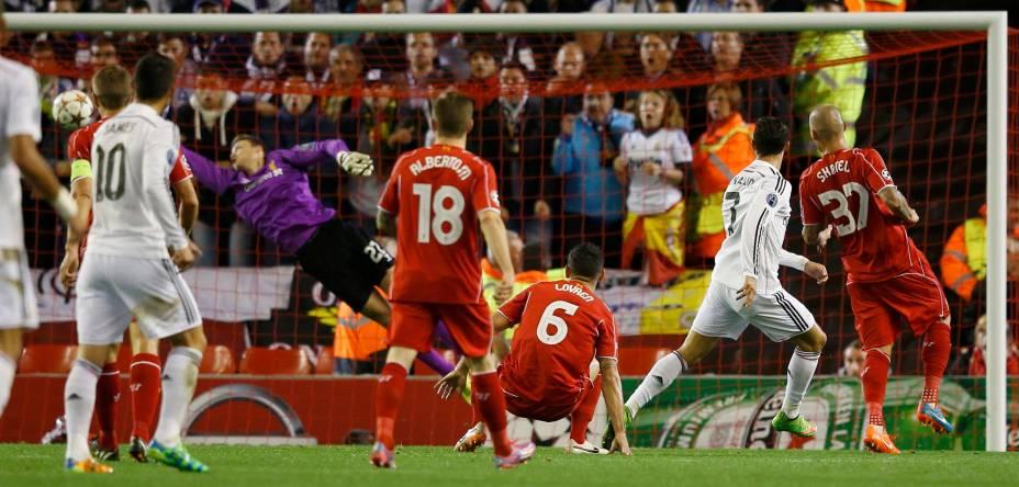 Cristiano Ronaldo marca o primeiro do Real Madrid contra o Liverpool, após bom passe de James Rodríguez, na Inglaterra