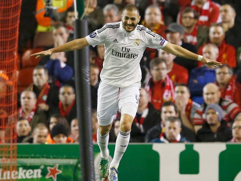 Benzema comemora o segundo gol do Real Madrid contra o Liverpool, pela Liga dos Campeões na Inglaterra