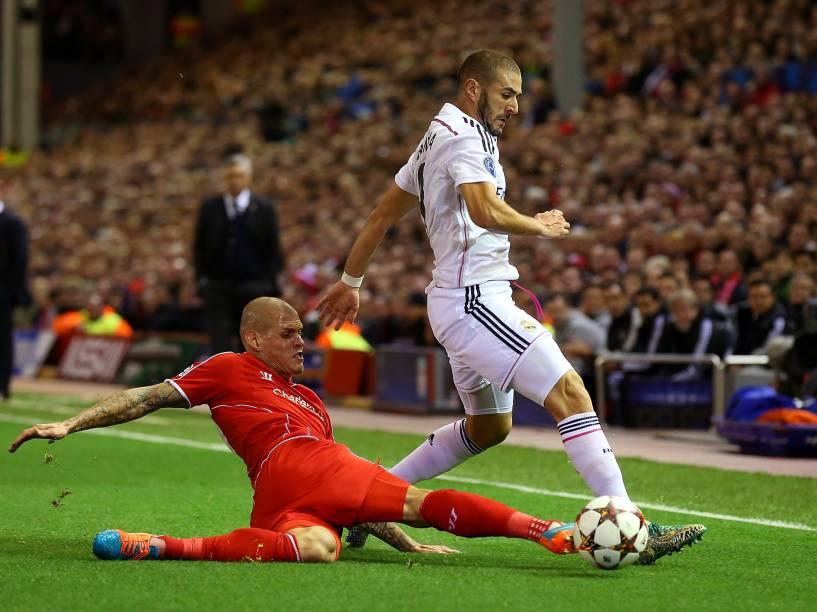 Skrtel, do Liverpool, dá um carrinha em Bezema, do Real Madrid, durante disputa de bola pela Liga dos Campeões, na Inglaterra