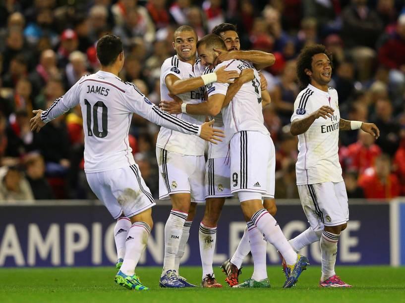Jogadores do Real Madrid comemoram o segundo gol contra o Liverpool, pela Liga dos Campeões na Inglaterra