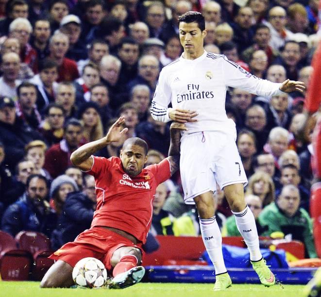 Cristiano Ronaldo, do real Madrid, disputa a bola com o jogador Glen Johnson, do Liverpool, pela Liga dos Campeões, na Inglaterra
