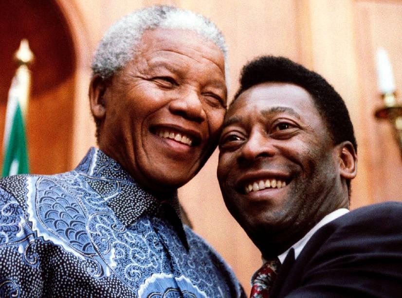 As maiores personalidades negras da história: o ex-presidente sul-africano Nelson Mandela e o então ministro do Esporte Pelé, em Pretória, África do Sul, em 1995